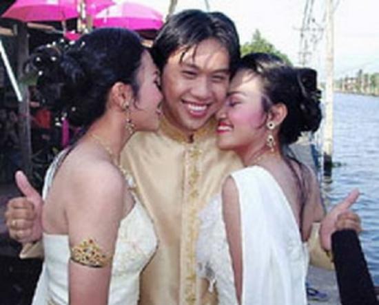 Anh chàng bán đồng nát cưới 2 chị em sinh đôi