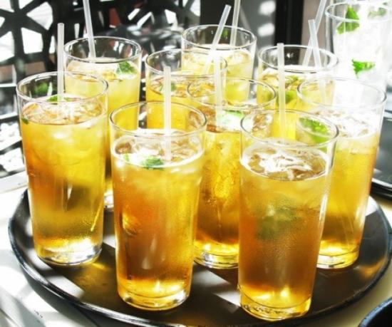 Nguy hại sức khỏe khi uống trà đá sai cách