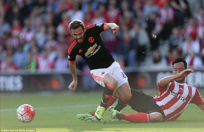 Juan Mata và đồng đội tặng chiến thắng cho Luke Shaw