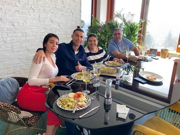 Ronaldo đưa tiền cho bạn gái để quán xuyến gia đình