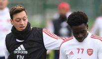 Mesut Ozil: Cựu ngôi sao Arsenal nói với Bukayo Saka hãy mạnh mẽ đối mặt với nạn phân biệt chủng tộc sau thất bại ở loạt sút luân lưu của tuyển Anh